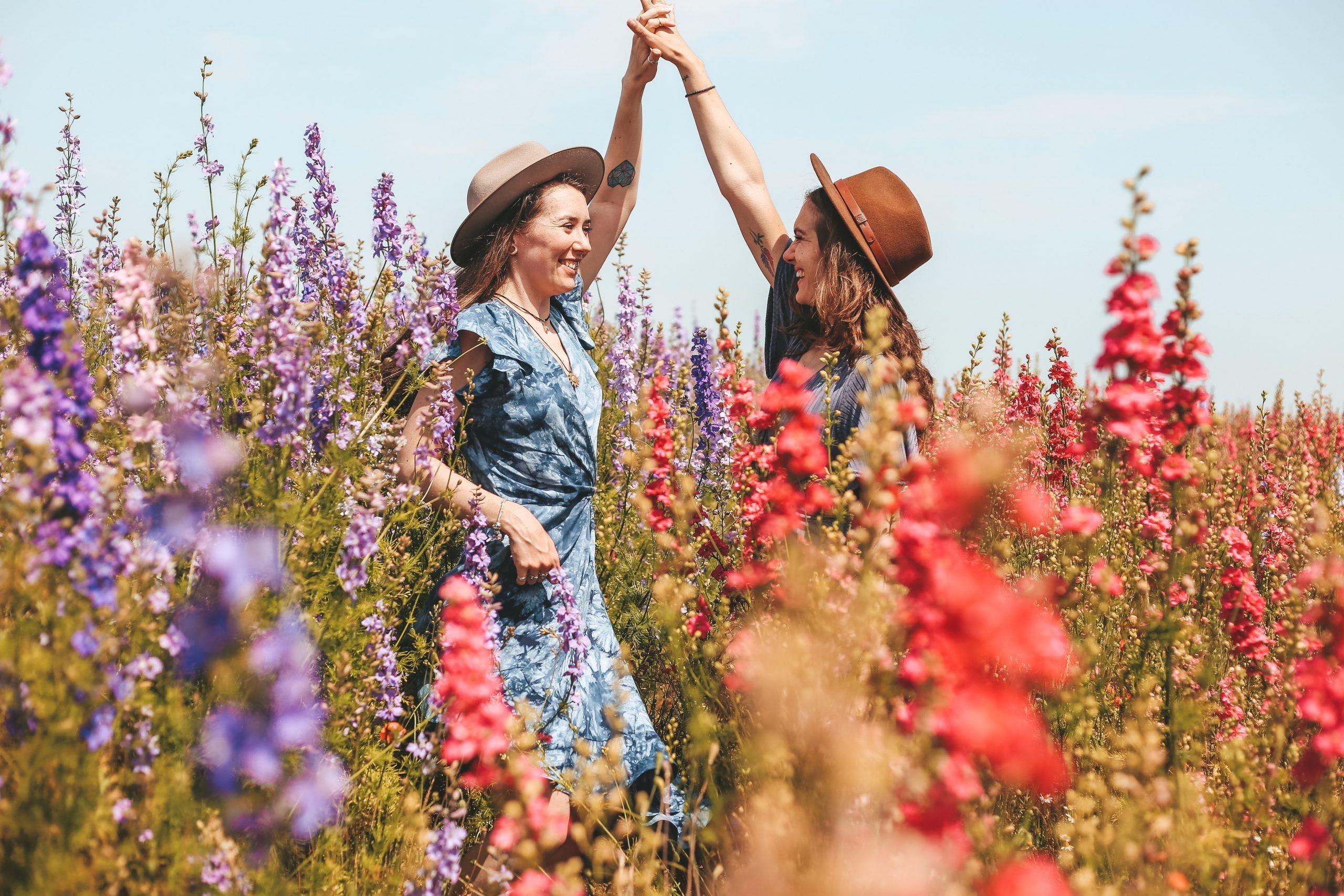 Frauen tanzen zwischen Blumen